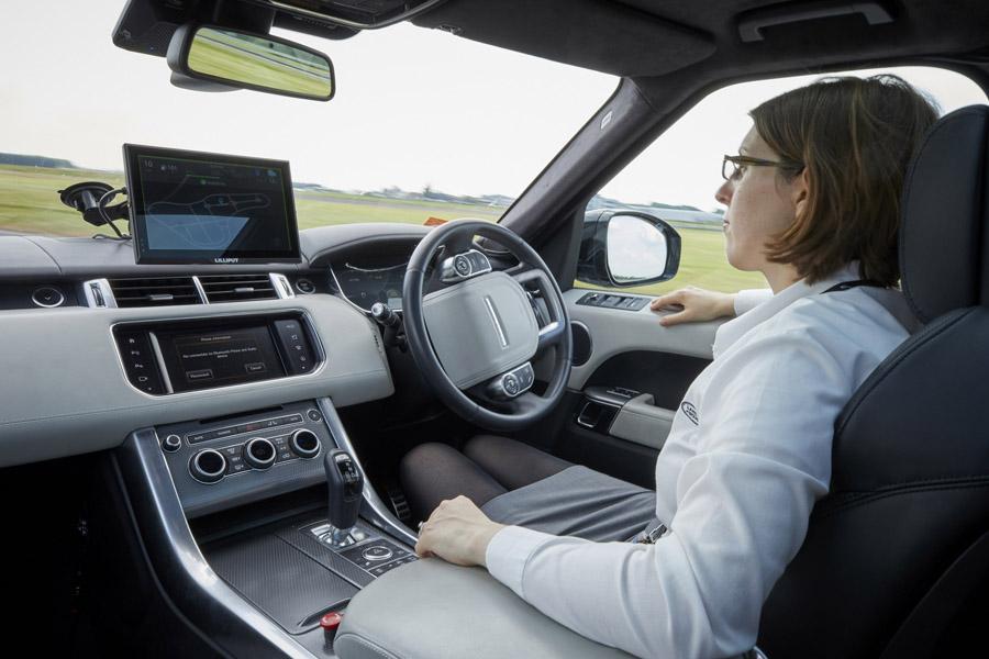 Le vetture JLR guidano da sole in città
