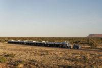 Land Rover Discovery traina un road train da 110 tonnellate