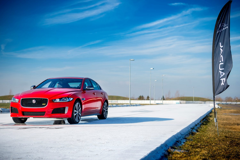 La nuova Jaguar XE 300 sport vince un'avvincente sfida sul ghiaccio