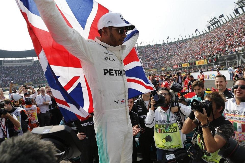 Poker di Mondiali in F1 per Lewis Hamilton. L'inglese entra nella leggenda