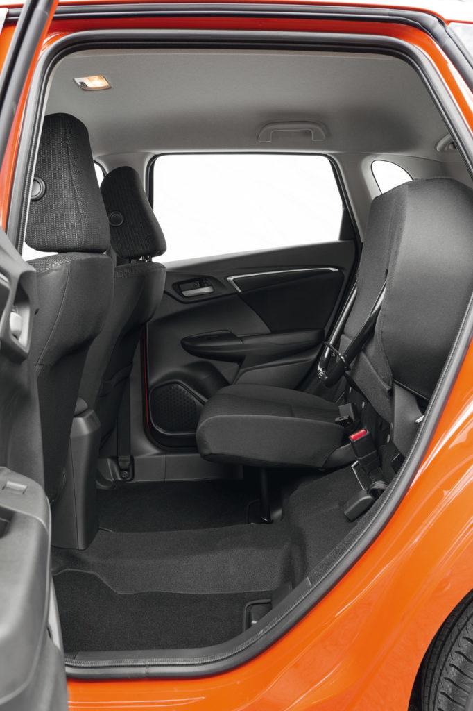 La seduta posteriore ribaltabile consente di stivare volumi grandi senza occupare il baule.