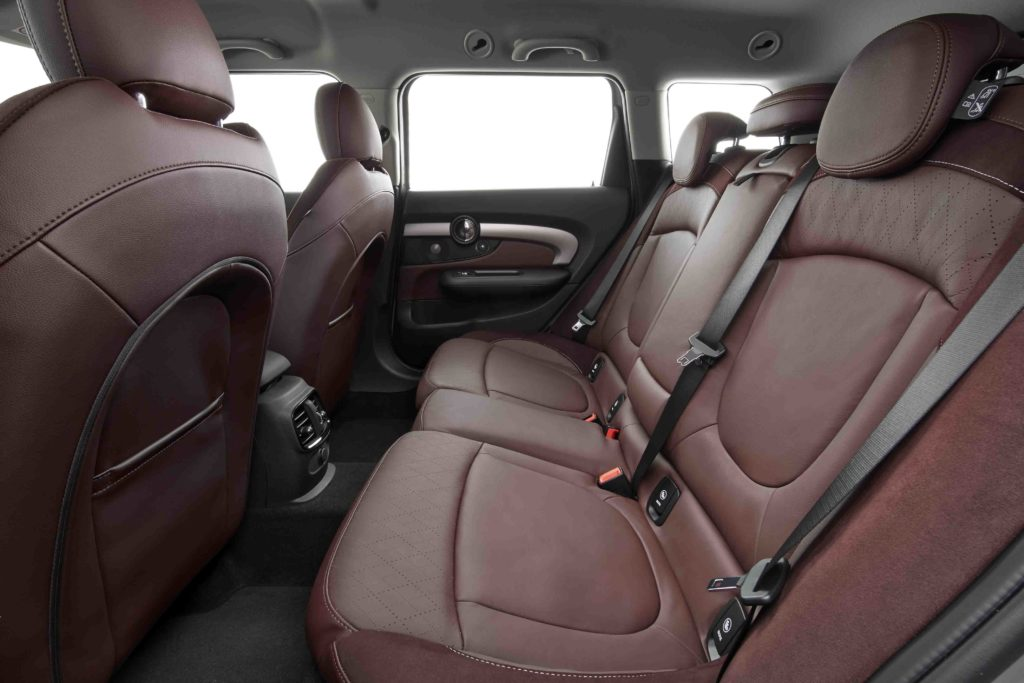 Lo spazio per i passeggeri è maggiore grazie al passo aumentato di 100 mm rispetto alla Mini 5 porte.