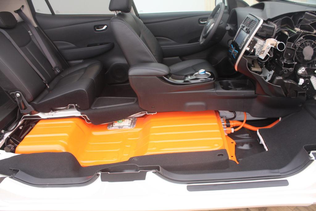2013_Nissan_Leaf_cutaway_(2)