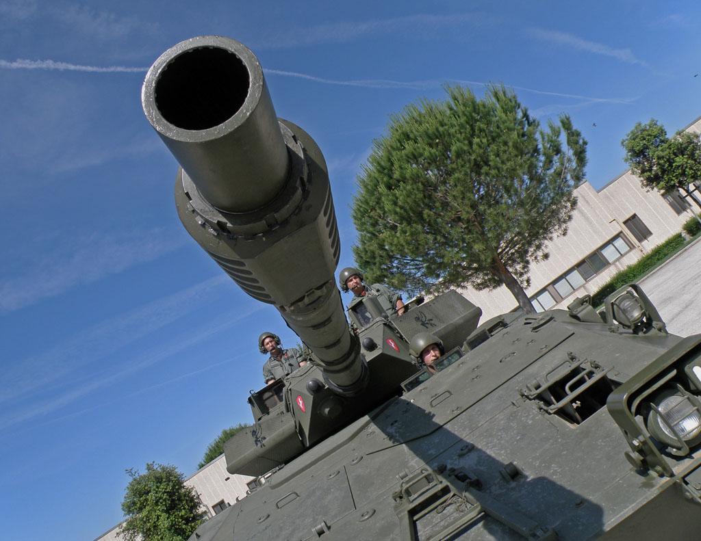 Il cannone da 105 mm della blindo armata Centauro.