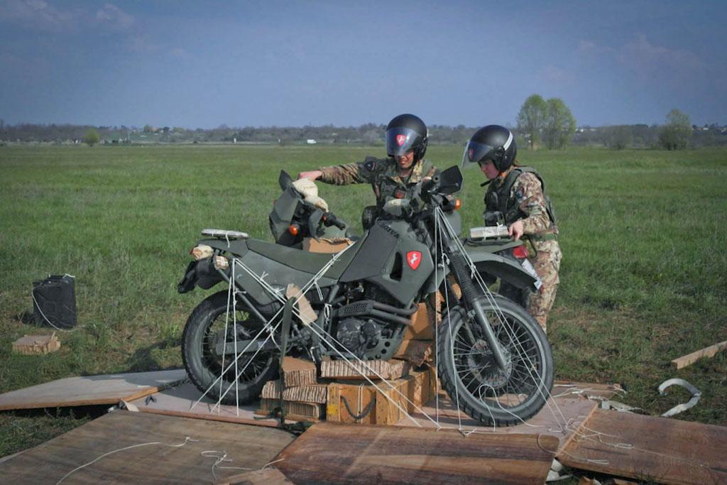 La moto Cagiva in dotazione al Savoia paracadutata durante un'esercitazione.