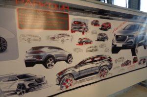 Il pannello mostra una serie di schizzi e disegni attraverso i quali sono stati sviluppati i vari temi legati al design della nuova Tucson, firmato da Nicola Danza.
