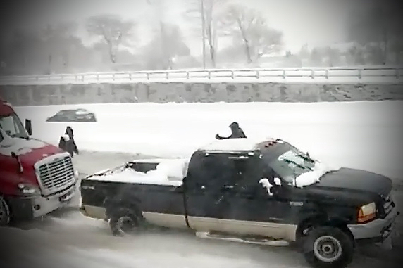 Video: viaggiatori bloccati sulla neve e salvati da un Ford Super Duty
