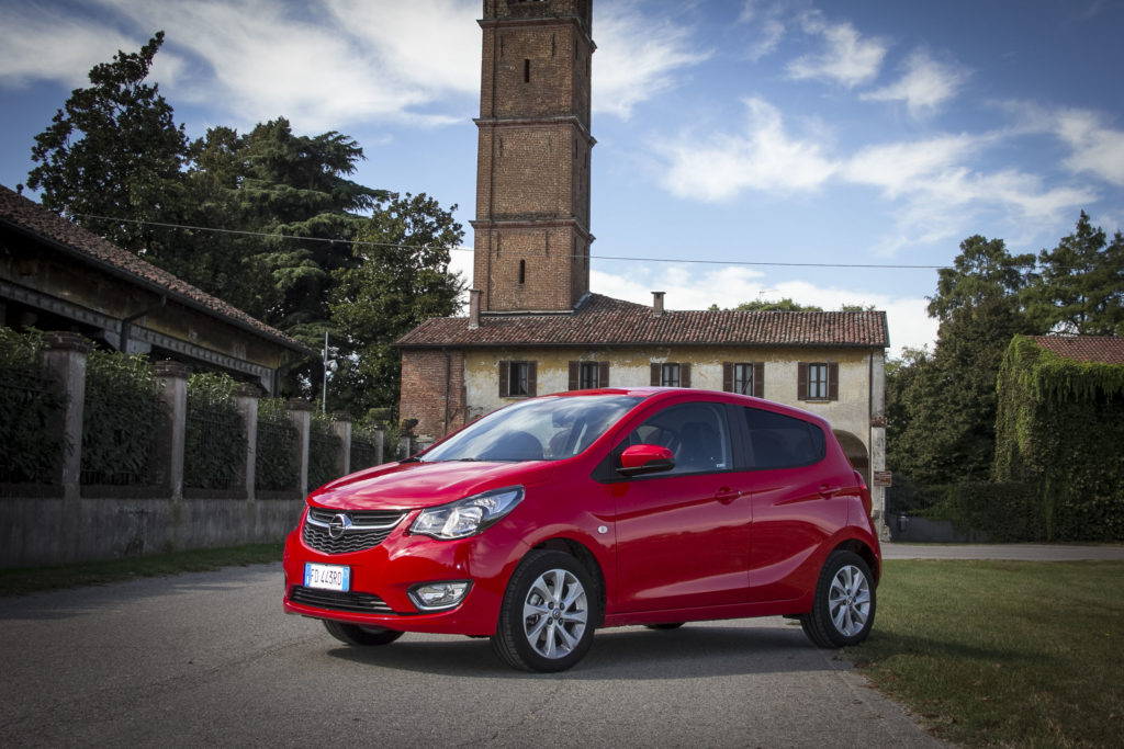 La nuova Opel Karl Cosmo GPL ambientata in un complesso monumentale nel milanese