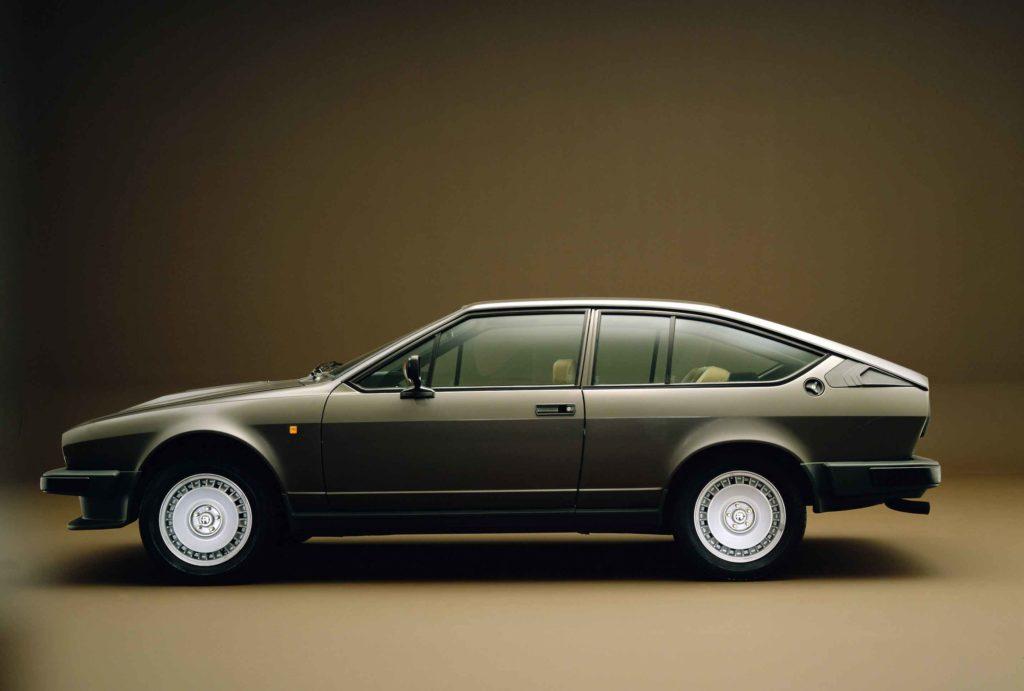 Dal 1980 l'Alfetta GTV subisce un restyling garbato, con l'aggiunta di molti componenti in plastica e l'eliminazione delle cromature. Questa fotografata è la GTV& col motore V6 di 2.5 litri e 158 CV.