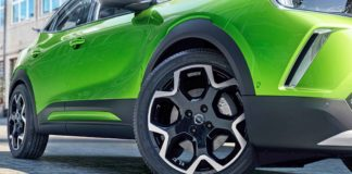 Mokka è un modello importante per Opel: dal 2012, infatti, in Europa ne sono state vendute un milione e rappresenta dunque una fetta importante di clienti del marchio tedesco. Il mercato italiano è stato il terzo, dopo Germania e Inghilterra, dove le Opel portano il marchio Vauxhall. Per questo è stato scelto proprio questo modello per creare lo spartiacque che lancia un nuovo approccio stilistico, sia per riposizionare Opel nei segmenti del mercato nei quali è per tradizione più presente sia per continuare nell'elettrificazione della gamma, che dopo la Corsa-e si arricchisce della Mokka 100% elettrica. La nuova Mokka è la prima a portare in produzione le idee proposte sulla concept GT X Experimental e basate sull'esaltazione dell'essenzialità, la purezza delle linee non senza qualche richiamo storico, come in questo caso il frontale ispirato a quello della Manta, che adottava una sorta di cornice con al centro il rinnovato 'Blitz' e ai lati i gruppi ottici. Denominato Opel Vizor, sarà d'ora in poi una delle firme stilistiche delle nuove Opel. La Mokka è un SUV di dimensioni compatte: lunga 4.151 mm (125 mm meno della precedente) e con un passo di 2.531 mm (20 mm in più della precedente) ospita 5 persone e 350 litri di bagaglio. Seduta alta, come piace oggi, e stile che si sviluppa secondo due linee che convergono sul Blitz: quella che segna il centro del cofano si interseca con quella disegna il profilo superiore dei gruppi ottici e si prolunga sulle fiancate per chiudersi sopra il filo superiore delle luci posteriori. Il profilo del tetto non è troppo spiovente per dare spazio al busto dei passeggeri posteriori, ma l'inserto in contrasto contribuisce, con la linea inferiore sfuggente del vetro, a distrarre l'occhio e a far sembrare la parte posteriore quasi quella di un coupé. Archi dei parafanghi esaltati da cornici in plastica nera sono un classico per dare più 'importanza' a un veicolo e non sono certo una novità. Per la Mokka, Opel utilizza la piattaforma CMP 